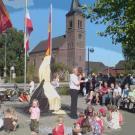 Einweihung des Brunnens auf dem Dorfplatz gegenüber der Kirche