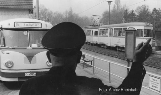 Meererbusch, Umsteigen in den Bus zum Handweiser (Foto von 1962)