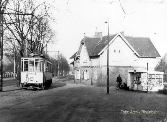 Meerererbusch, Umsteigen in die Straßenbahn nach Neuss (Foto von 1952)