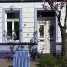 Teilbereich der Fassade: Tür und Fensterornament