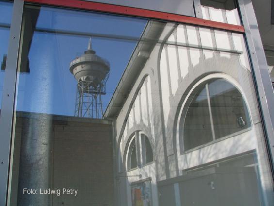 Wasserturm-und-Werkshalle (Forum Wasserturm) heute (Spiegelung)