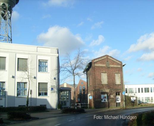 Verwaltungsgebäude (l.) und Pförtnerhäuschen (r.) (dazwischen war das ehemalige Werkstor 1)