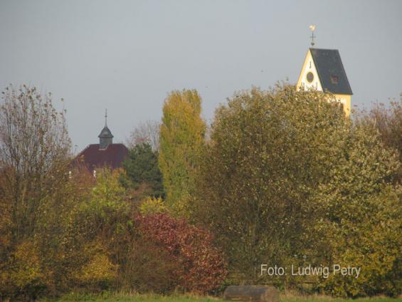 Giebel von Haus Kierst und Kirchturmspitze von St. Martin