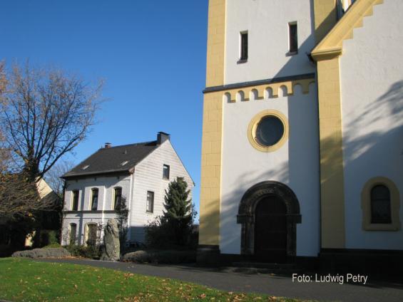 Kirche mit altem Pfarrhaus