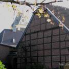 Angebaute Scheune mit Haupthaus und Kirche im Hintergund (web)