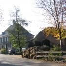 Haupthaus-mit-Nebengebäude-