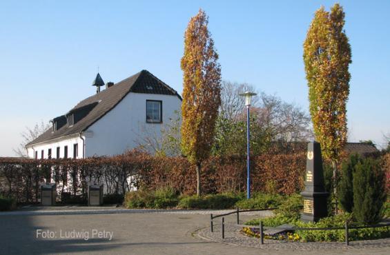 Dorfplatz und Schule