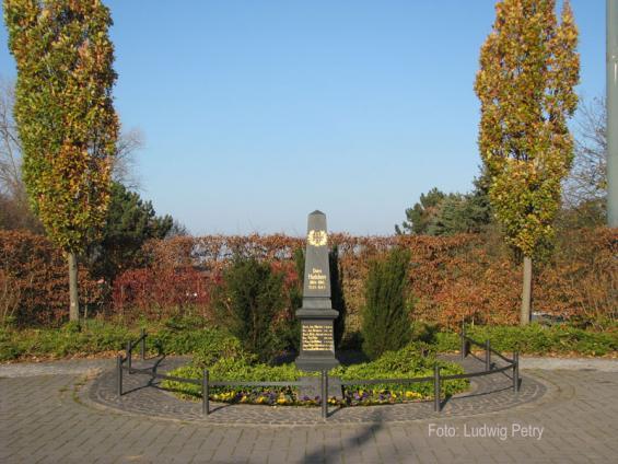 Dorfplatz mit Helden-Gedenkstein
