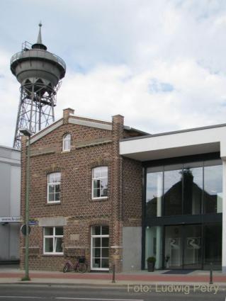 Pförtnerhaus neben dem früheren Werkstor (l.) und dem heutigen Ärztehaus (r.)