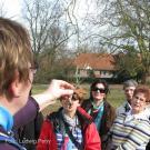 01 Die Botanikerin Frau Dr. Regina Thebud-Lassak führt eine Besuchergruppe im Frühjahr 2013
