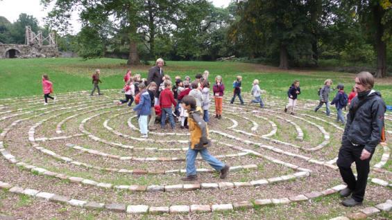 """Schulklasse """"bespielt"""" das Labyrinth von Sven Rünger"""