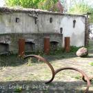 Innenhof mit Resten eines Pferdestalls