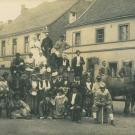 Karnevalsgruppe auf dem Lanker Markt vor der Gaststätte van Dawen (1900)