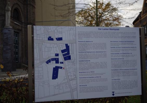 Hinweistafel am südlichen Zugang zum Marktplatz (Stephanuskirche)