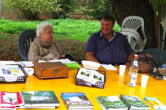 Infostand und Büchertisch mit Dr. Rosemarie Vogelsang und Michael Hündgen