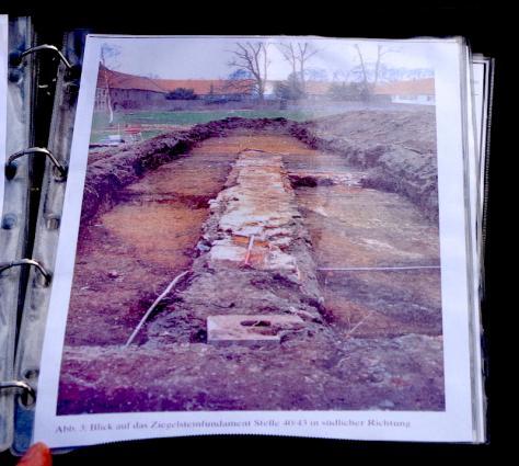 Archäologen legen das Ziegelsteinfundament frei