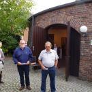Führungen des Heimatkreises: Vors. Franz-Josef Radmacher (r) und Geschäftsführer Franz Jürgens (Mitte)