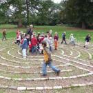 """Eine Schulklasse """"bespielt"""" das Labyrinth von Sven Rünger auf dem Gelände von Haus Meer"""