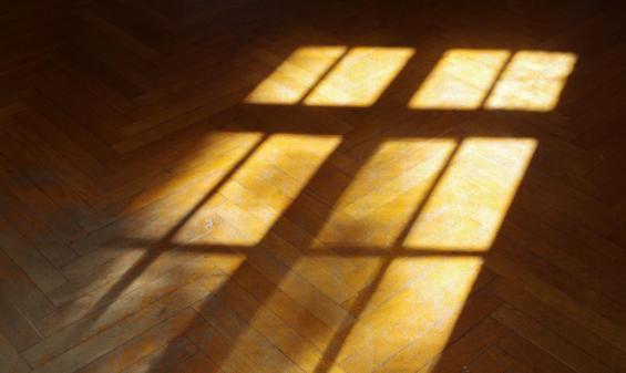 (Sonnenlicht fällt durch das Fenster auf) Parkett-Fußboden